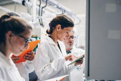 Comment être au top de la formation en biopharmacie et en chimie? Le Cefochim vous dit tout