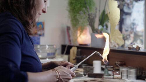 Elle raconte des histoires à travers la création de bijoux personnalisés